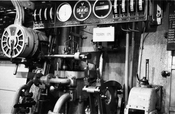 Links de Manoeuvreerstand, dan brandstof filters en centrifuges ...